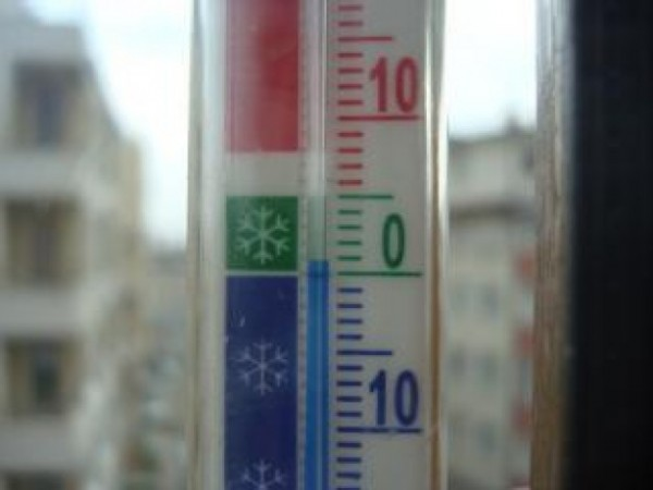 thermometer-in-the-winter_19-139185