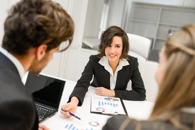 smart-businesswoman-explaining-a-chart_1139-298