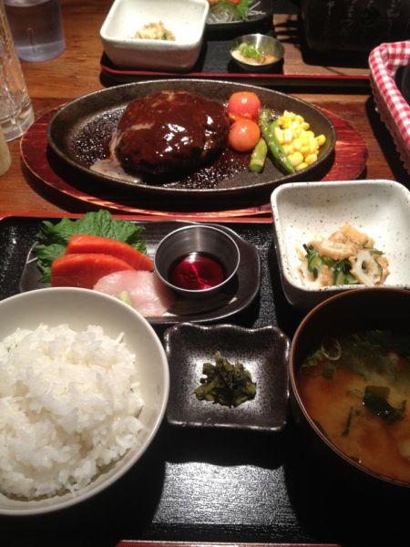 神戸ビーフハンバーグ定食($16.8)。お刺身だけの定食かと思ったら、実は後ろのハンバーグ込みなのです。